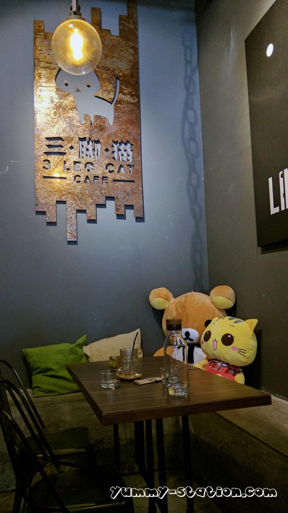 3 leg cat cafe 10